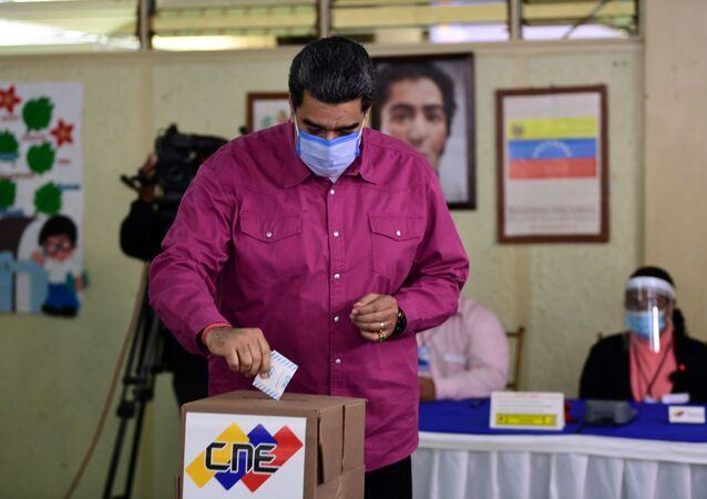Venezuelan President Nicolas Maduro casts his vote at a polling station in the Simon Rodriguez school in Fuerte Tiuna, Caracas, on December 6, 2020 during Venezuela's legislative elections.