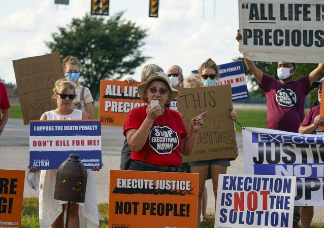 Sister Barbara Battista speaks to death penalty campaigners outside the federal prison in Terre Haute, Indiana in August 2020.