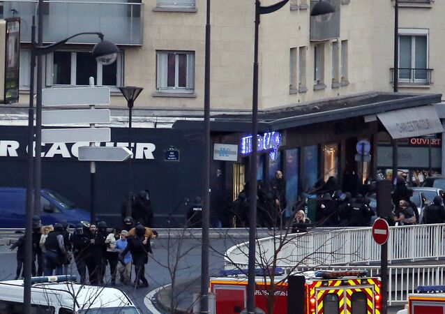 Members of the French police special forces launch the assault and evacuate the hostages at a kosher grocery store in Porte de Vincennes, eastern Paris, on January 9, 2015