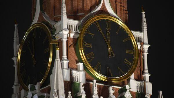 The Сhimes on the Kremlin's Spasskaya Tower five minutes before the New Year. - Sputnik International