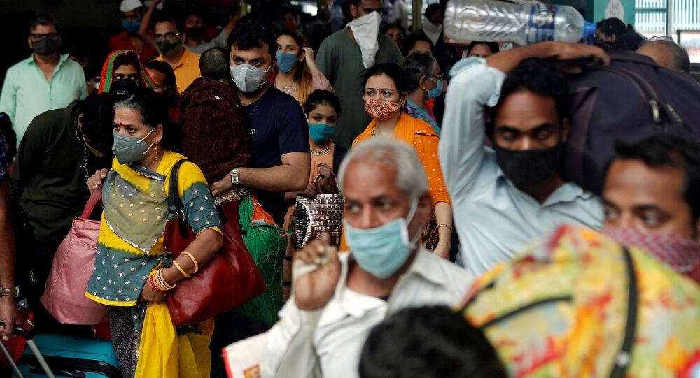 FILE PHOTO: People wearing protective masks leave a railway station amid the spread of the coronavirus disease (COVID-19) in Mumbai, India, 11 December 2020. REUTERS/Francis Mascarenhas/File Photo