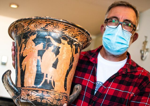 A photo of the ancient Greek vase discovered during the Israel Antiquities Authority raid in Tel-Aviv, 4 January 2021