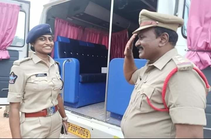 Policeman Salutes His Officer Daughter in India