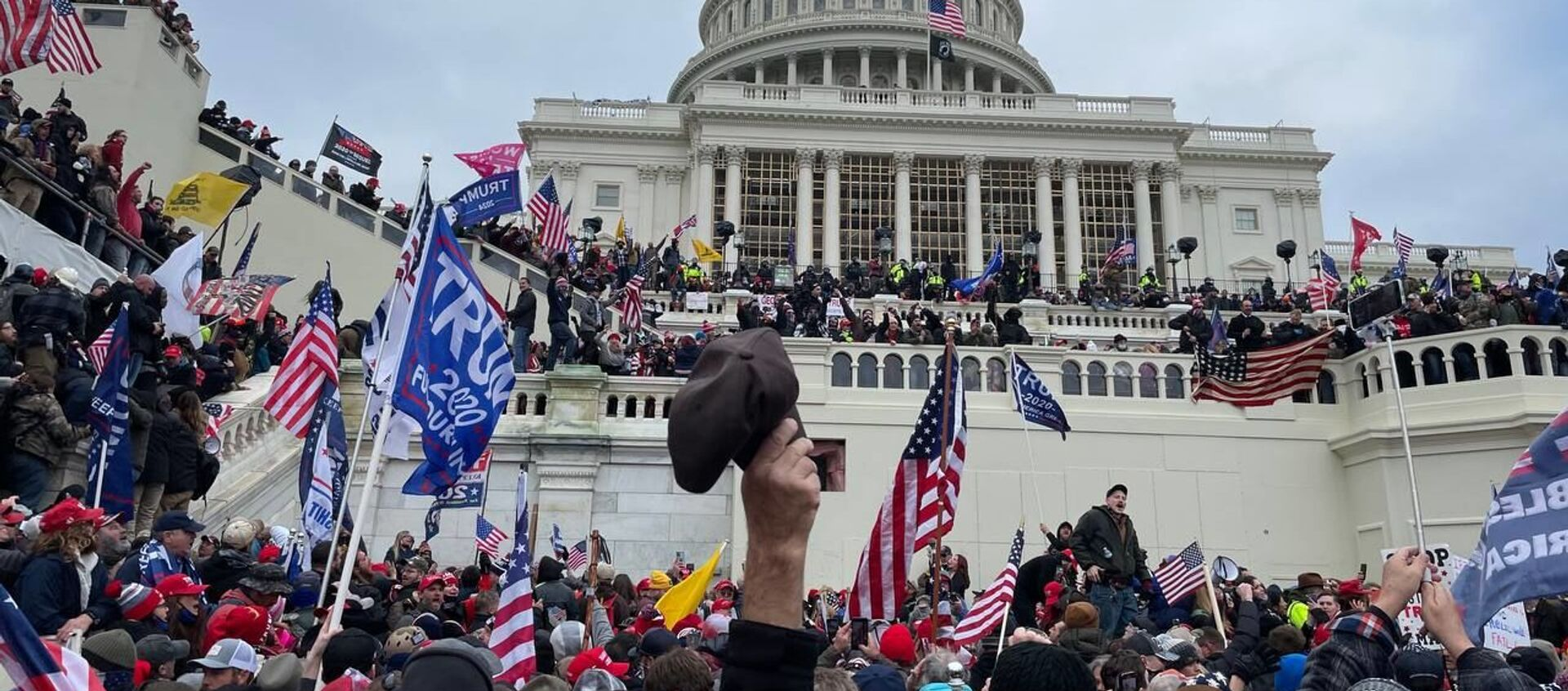 Demonstrators protest outside US Capitol Building in Washington to contest the certification of the 2020 presidential election results by the US Congress, 6 January 2021 - Sputnik International, 1920, 26.07.2021