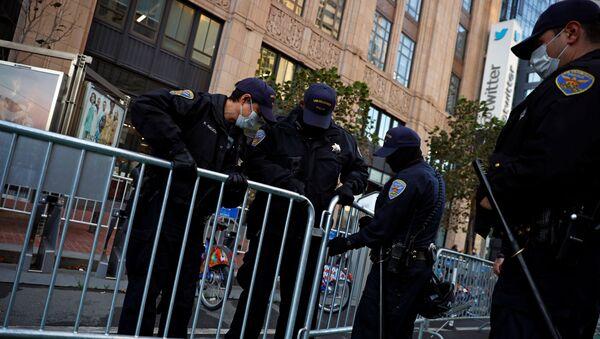Officers of the San Francisco Police Department barricade the sidewalk outside Twitter headquarters - Sputnik International