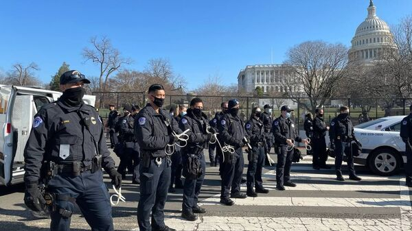 Police officers stand on guard outside US Capitol building as House of Representatives votes to impeach Trump - Sputnik International