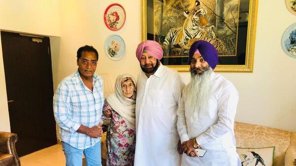 Begum Nisa with Chief Minister of Punjab Capt Amarinder Singh(right) and Caretaker Mehmud (left) - Sputnik International