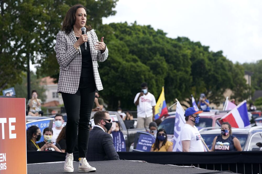 There are certain signature style details that tend to project playfulness and self-confidence simultaneously – like, for instance, a blazer coupled with skinny jeans, a pair of Converse trainers… and a strand of pearls, which she wore at a campaign rally in Miami.