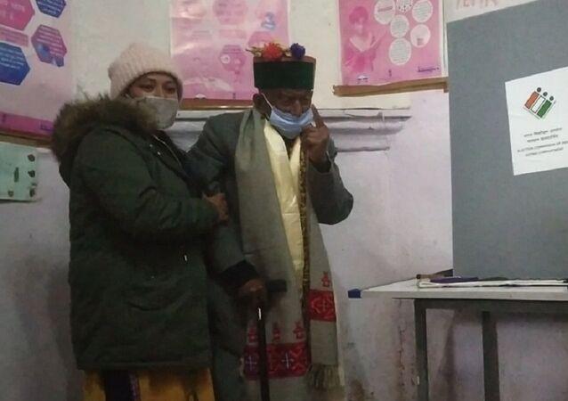 Shyam Saran Negi casting his vote inside the polling booth in Kalpa, Himachal Pradesh
