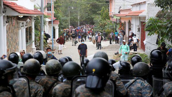 Guatemalan security forces begin clearing U.S.-bound migrant caravan, in Vado Hondo - Sputnik International