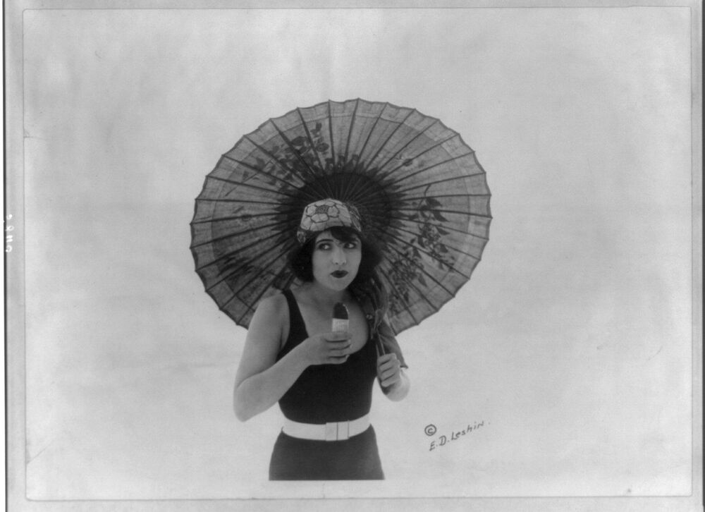 US actress Betty Compson eating Eskimo Pie in 1922.