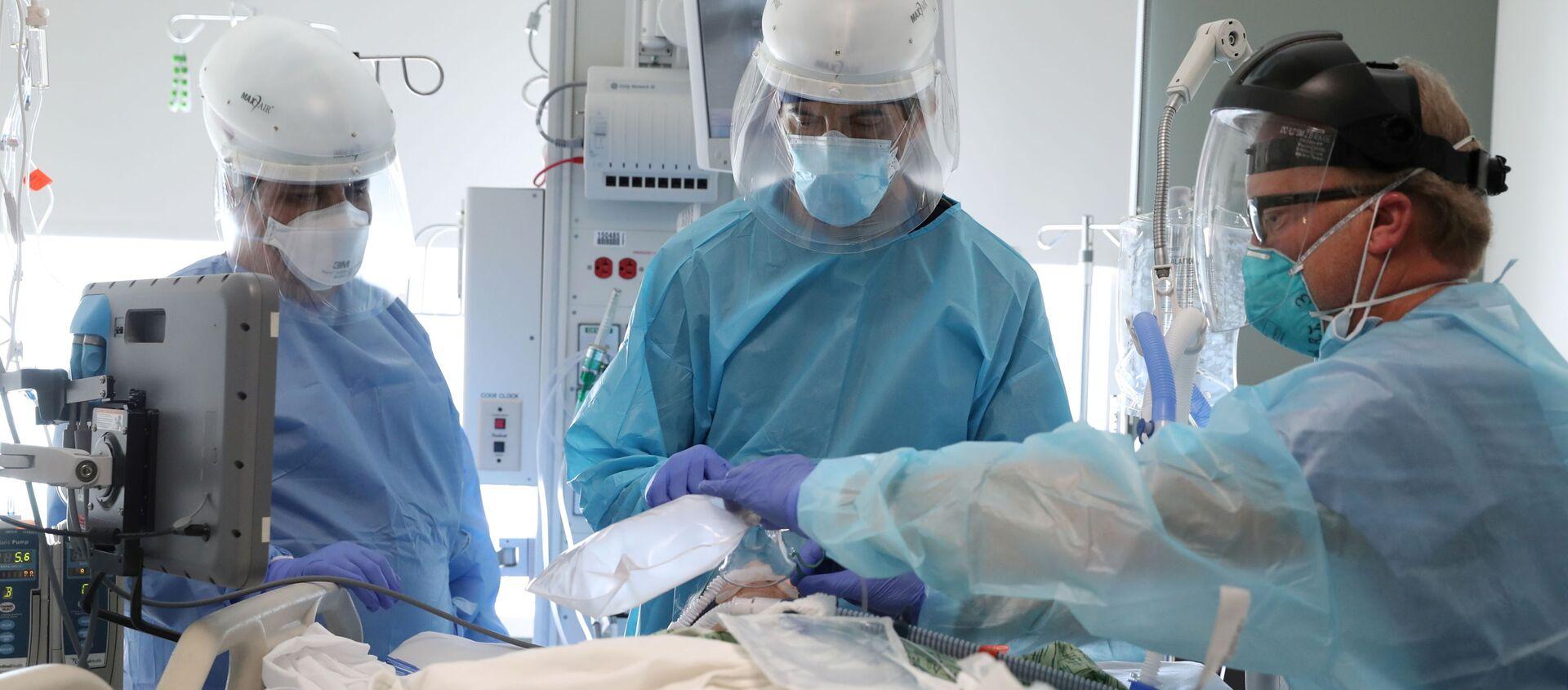 Dr. Dan Ponticiello, 43, and Dr. Gabriel Gomez, 40, intubate a coronavirus disease (COVID-19) patient in the COVID-19 ICU at Providence Mission Hospital in Mission Viejo, California, U.S., January 8, 2021. - Sputnik International, 1920, 16.02.2021