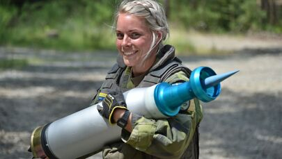 A Swedish soldier with the Wartofta Tank Company, Skaraborg Regiment carries a round during the Strong Europe Tank Challenge, 5 June 2018.