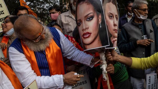 Activists from United Hindu Front burn an effigy depicting U.S. singer Rihanna and climate change activist Greta Thunberg to protest against the celebrities for commenting in support of protesting farmers - Sputnik International