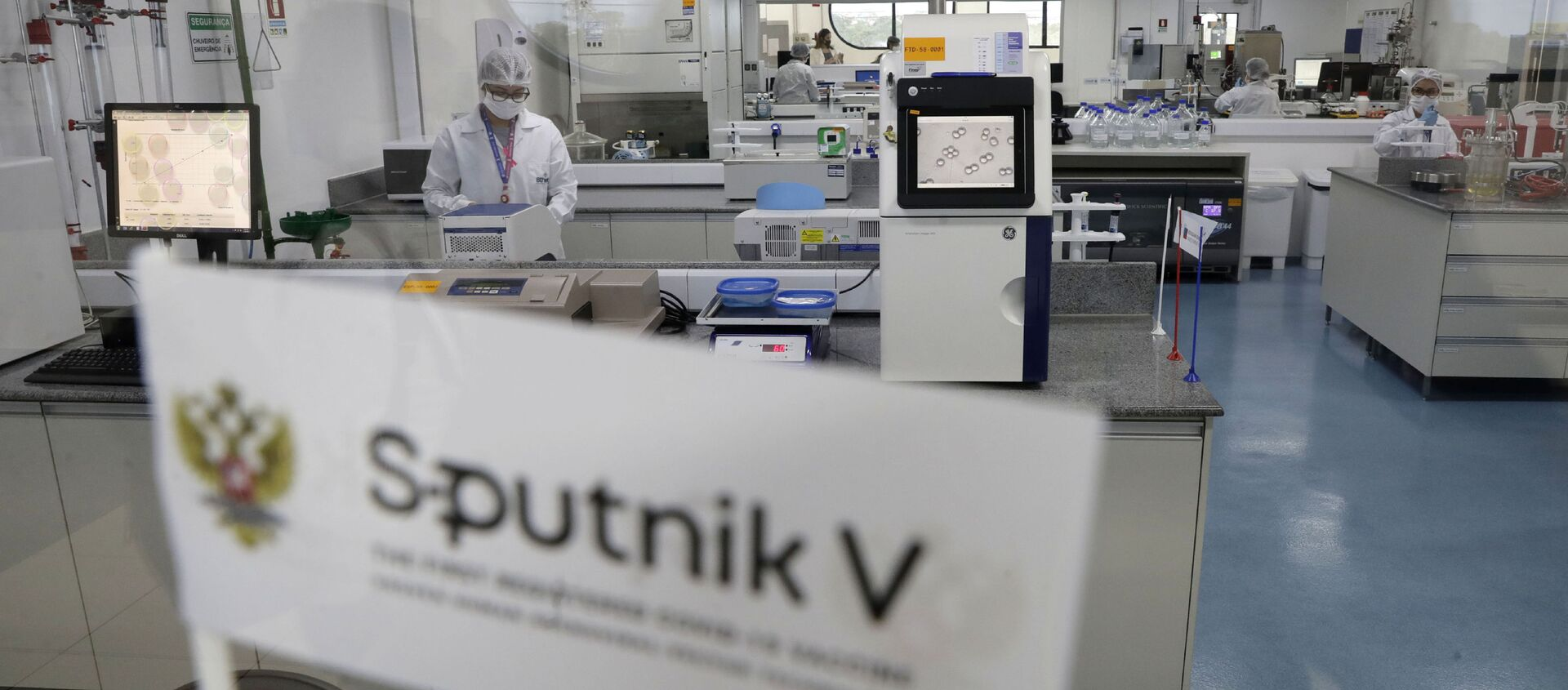 Laboratory workers work in the pilot production phase of Russia's Sputnik V Coronavirus vaccine for COVID-19 at the pharmaceutical company Uniao Quimica in Brasilia, Brazil, Monday, Jan. 25, 2021. - Sputnik International, 1920