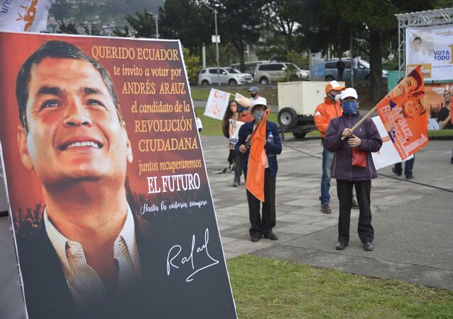 A sing with a picture of former Ecuadorean President Rafael Correa (2007-2017) and reading Dear Ecuador I invite you to vote for ANDREZ ARAUZ, the candidate of the CITIZEN REVOLUTION is seen during the campaign rally of Ecuadorean Presidential candidate for Union por la Esperanza party Andres Arauz in Quito, on January 26, 2021. - Ecuador holds presidential elections on February 7, 2021.