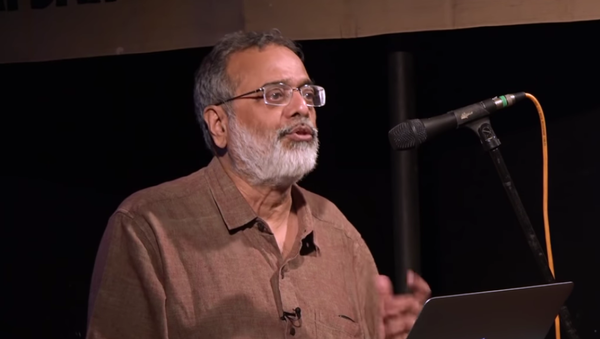 Prabir Purkayastha, editor-in-chief of NewsClick, delivers a lecture in 2018 - Sputnik International
