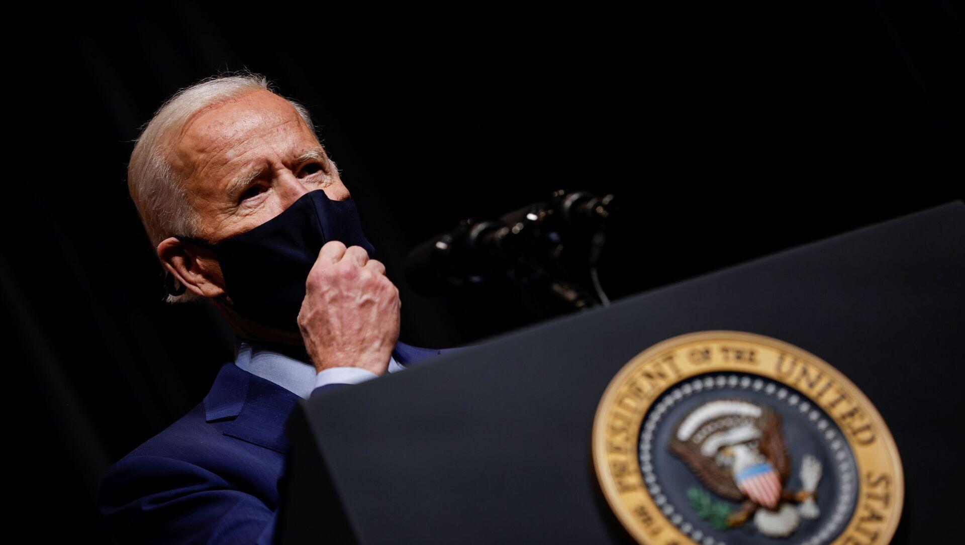 U.S. President Joe Biden removes his mask to address NIH staff during a visit to NIH in Bethesda, Maryland, U.S., February 11, 2021.  - Sputnik International, 1920, 20.02.2021