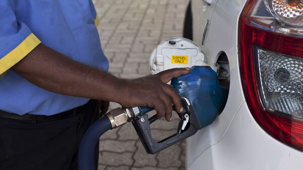 A man fills diesel in a car at a fuel station in New Delhi, India, Sunday, Oct. 19, 2014. India freed diesel prices from government control Sunday while raising natural gas tariffs in the biggest-yet reform by Prime Minister Narendra Modi's government, as it aims to boost the country's economy and overhaul its energy sector.(AP Photo/Tsering Topgyal) - Sputnik International