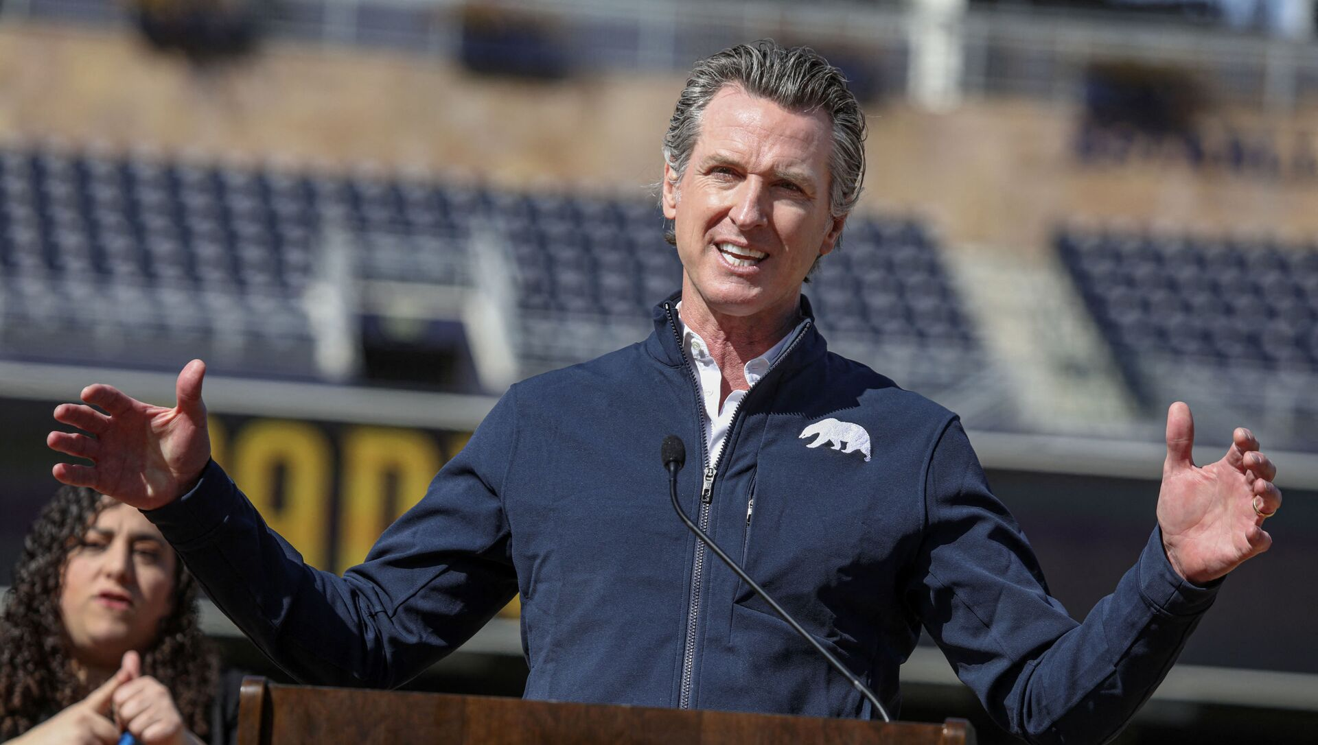 California Governor Gavin Newsom speaks to members of the media during a press conference at Petco Park, February 8, 2021 in San Diego, California, during a visit to the Petco Park Vaccination Supersite. - The Petco Park Vaccination Supersite, which is hosted in a parking lot next to the ballpark, is a partnership between San Diego County, the San Diego Padres baseball team and UC San Diego Health and has capacity to dole out about 5,000 COVID-19 vaccines per day. - Sputnik International, 1920, 16.02.2021