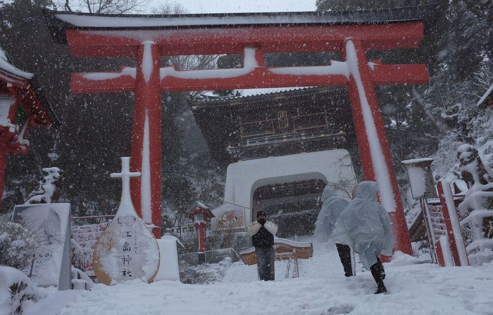 Visitors walk in the snow at the Enoshima Shrine in Fujisawa, near Tokyo in 2014.