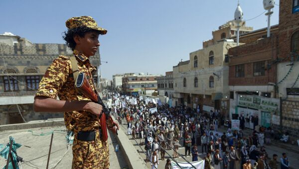 A fighter loyal to Yemen's Huthi rebels stands guard during a rally commemorating the death of Shiite Imam Zaid bin Ali in the capital Sanaa, on September 14, 2020.  - Sputnik International