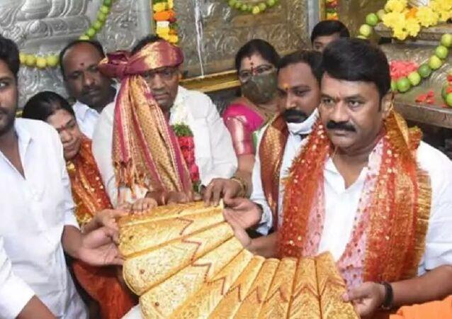 A 2.5 kg golden saree was presented to Balkampet Yellamma by the minister Talasani Srinivas Yadav on the occasion of the Chief Minister K Chandrasekhar Rao's birthday