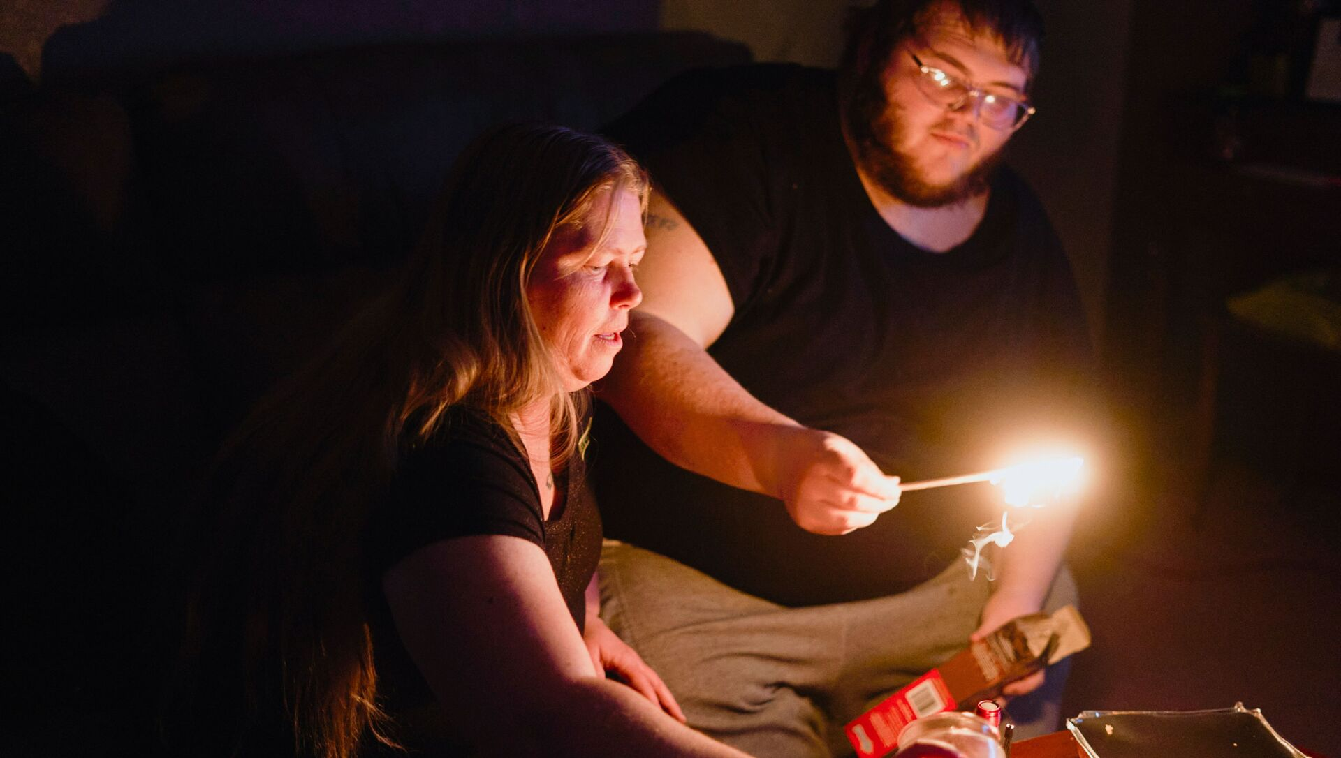 Christina Beverly and John Shearon light candles in their home after winter weather caused electricity blackouts and boil water notices in Fort Worth, Texas, U.S. February 20, 2021. - Sputnik International, 1920, 29.07.2021