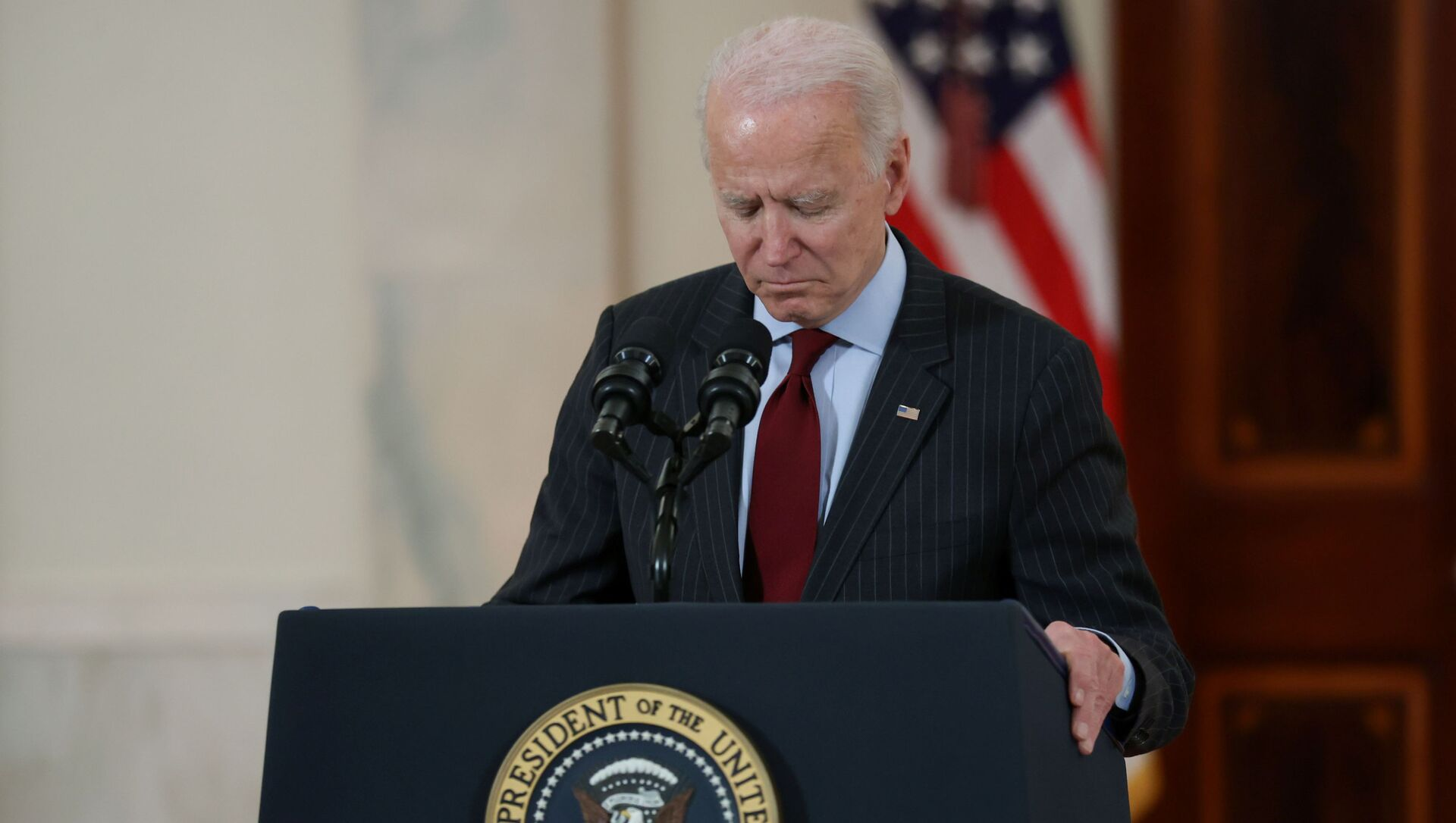 US President Joe Biden concludes his remarks in honor of the 500,000 US deaths from the coronavirus disease (COVID-19), in the Cross Hall at the White House in Washington, U.S., February 22, 2021 - Sputnik International, 1920, 23.02.2021