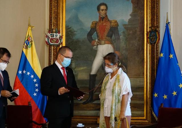 Venezuelan Foreign MInister Jorge Arreaza hands EU ambassador Isabel Brilhante a notice giving her 72 hours to leave Venezuela.