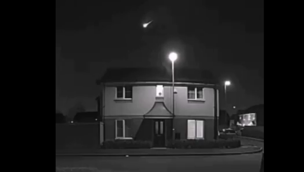 Screenshot from the video allegedly showing a meteor illuminating the skies over the United Kingdom - Sputnik International