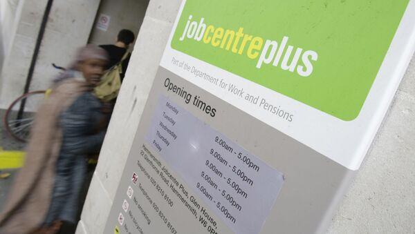 People enter a job centre in central London, Wednesday, Aug. 12, 2009 - Sputnik International