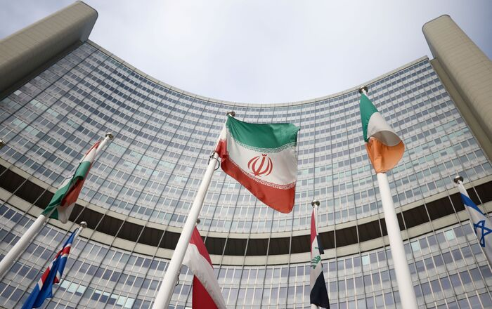 The Iranian flag waves in front of the International Atomic Energy Agency (IAEA) headquarters, amid the coronavirus disease (COVID-19) outbreak in Vienna, Austria, March 1, 2021. REUTERS/Lisi Niesner