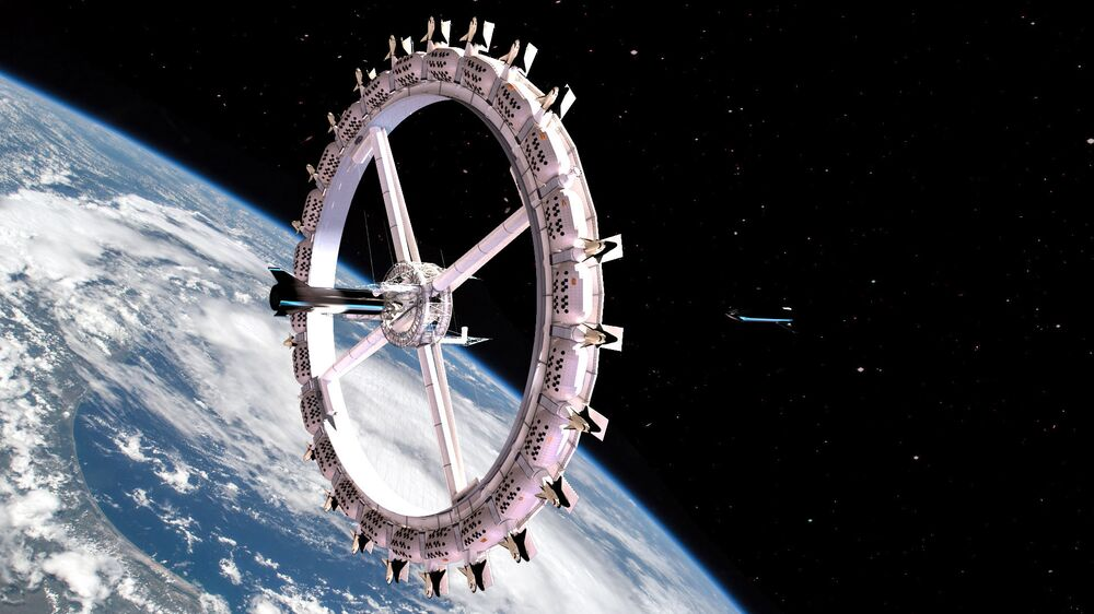 The Voyager Station with approaching SpaceX starship.