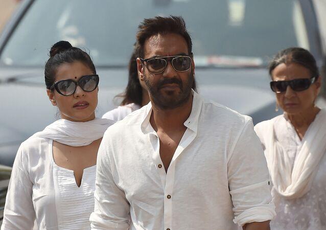 Indian Bollywood actor Ajay Devgan (C) and his wife Kajol (L) (File)
