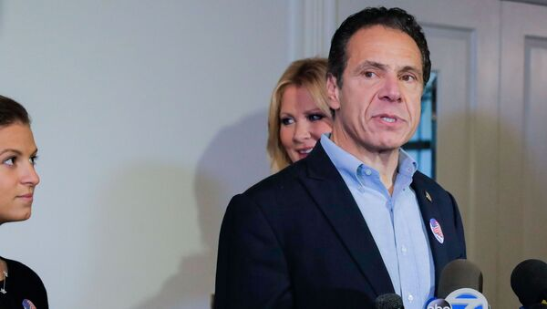 Democratic New York Governor Andrew Cuomo speaks at a news conference after voting in the midterm elections, standing with his daughter, Cara Kennedy Cuomo and girlfriend Sandra Lee, at Mt. Kisco, New York, 6 November 2018.  - Sputnik International
