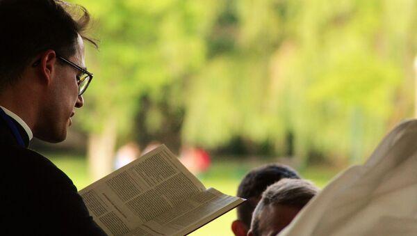 a pastor is holding a sermon - Sputnik International