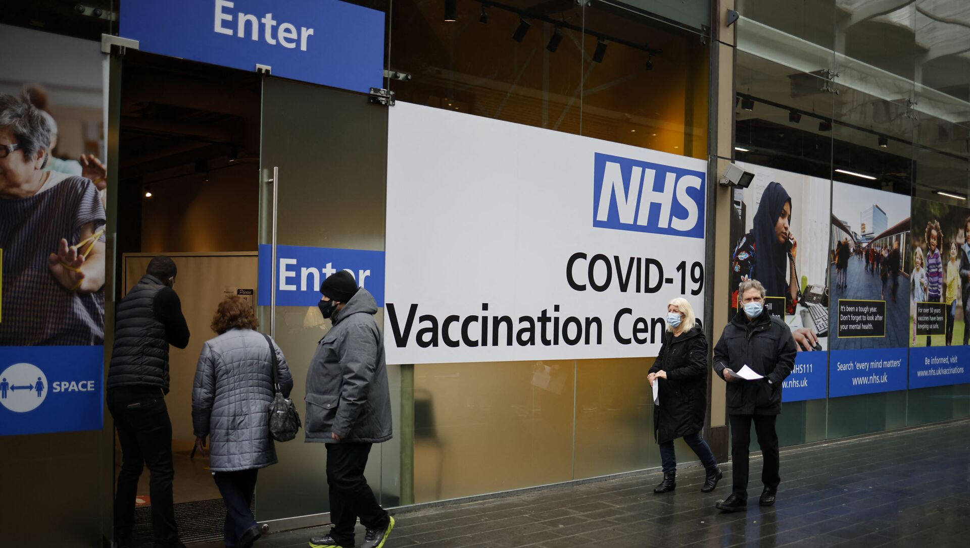 People queue to enter an NHS Covid-19 vaccination centre in Westfield Stratford City shopping centre in east London on February 15, 2021 as Britain's largest ever vaccination programme continues. - Prime Minister Boris Johnson called Britain hitting a target of inoculating 15 million of the most vulnerable people with a first coronavirus jab a significant milestone, as the country prepared for the next phase of its vaccination programme. (Photo by Tolga Akmen / AFP) - Sputnik International, 1920, 31.07.2021
