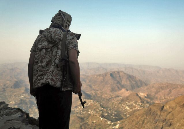 A fighter loyal to Yemen's Saudi-backed government keeps watch over a valley during clashes with Huthi rebel fighters west of the suburbs of Yemen's third-city of Taez on March 8, 2021. - Yemen's six-year-old civil war pits the Iran-backed rebels against an internationally recognised government backed by a Saudi-led military coalition.