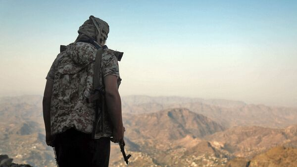 A fighter loyal to Yemen's Saudi-backed government keeps watch over a valley during clashes with Huthi rebel fighters west of the suburbs of Yemen's third-city of Taez on March 8, 2021. - Yemen's six-year-old civil war pits the Iran-backed rebels against an internationally recognised government backed by a Saudi-led military coalition. - Sputnik International