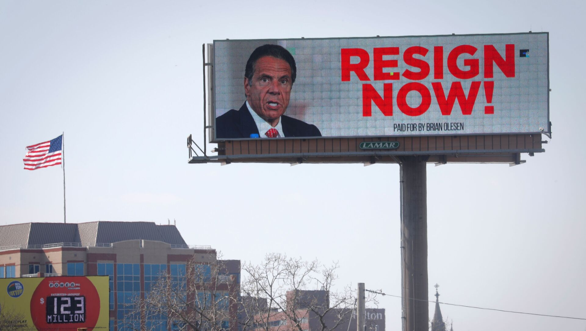 Electronic billboard displays message for New York Governor Cuomo to Resign Now in Albany - Sputnik International, 1920, 05.08.2021