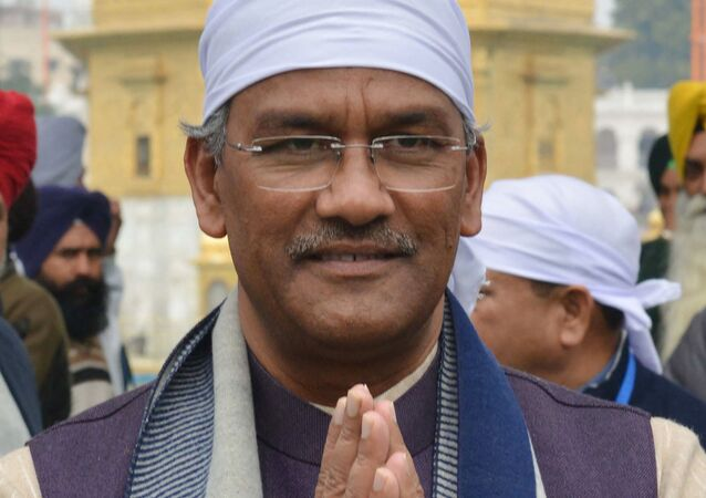 Indian Uttarakhand state Chief Minister Trivendra Singh Rawat (C) pays respect at the Golden Temple in Amritsar on January 20, 2019