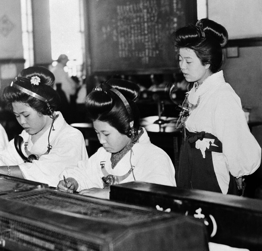 Japanese girls at the Central Telephone Office in Tokyo, on 28 June 1937.