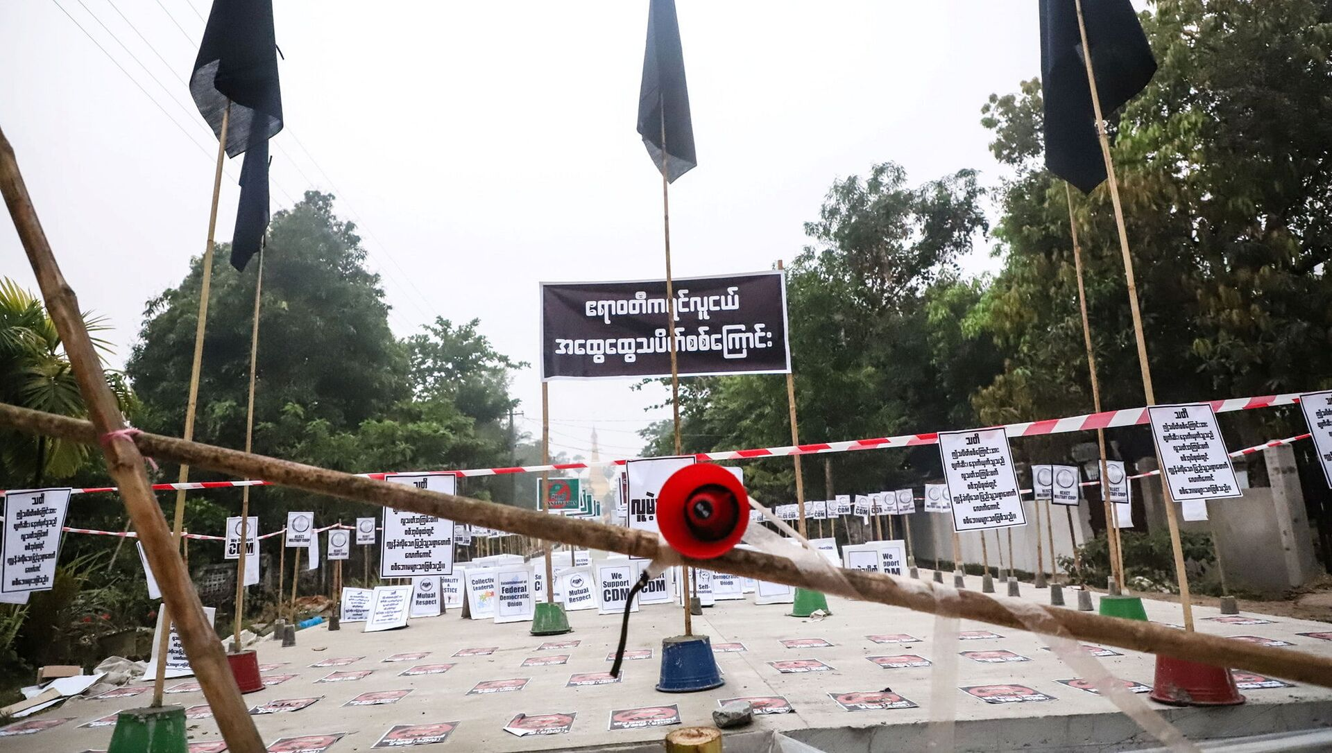 View of a loudspeaker and signs during a protest without demonstrators present in Nyaungdon, Ayeyarwady, Myanmar - Sputnik International, 1920, 27.07.2021