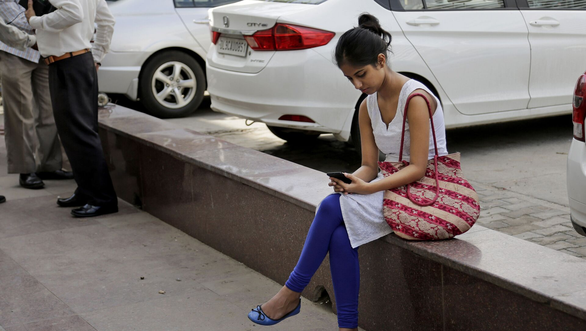 An Indian woman uses her mobile phone  in New Delhi, India, Tuesday, Sept. 22, 2015 - Sputnik International, 1920, 27.07.2021