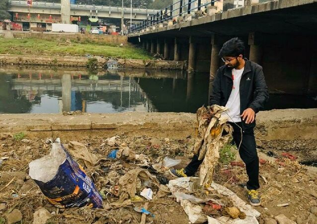 25yo Vivek Gaurav, a.k.a PlogMan, is waking up pre-dawn for 7 years to clean streets in Pune