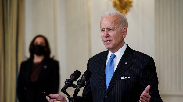 U.S. President Joe Biden speaks about the Biden administration's coronavirus disease (COVID-19) pandemic response as Vice President Kamala Harris listens in the State Dining Room at the White House in Washington, U.S., March 2, 2021. REUTERS/Kevin Lamarque - Sputnik International