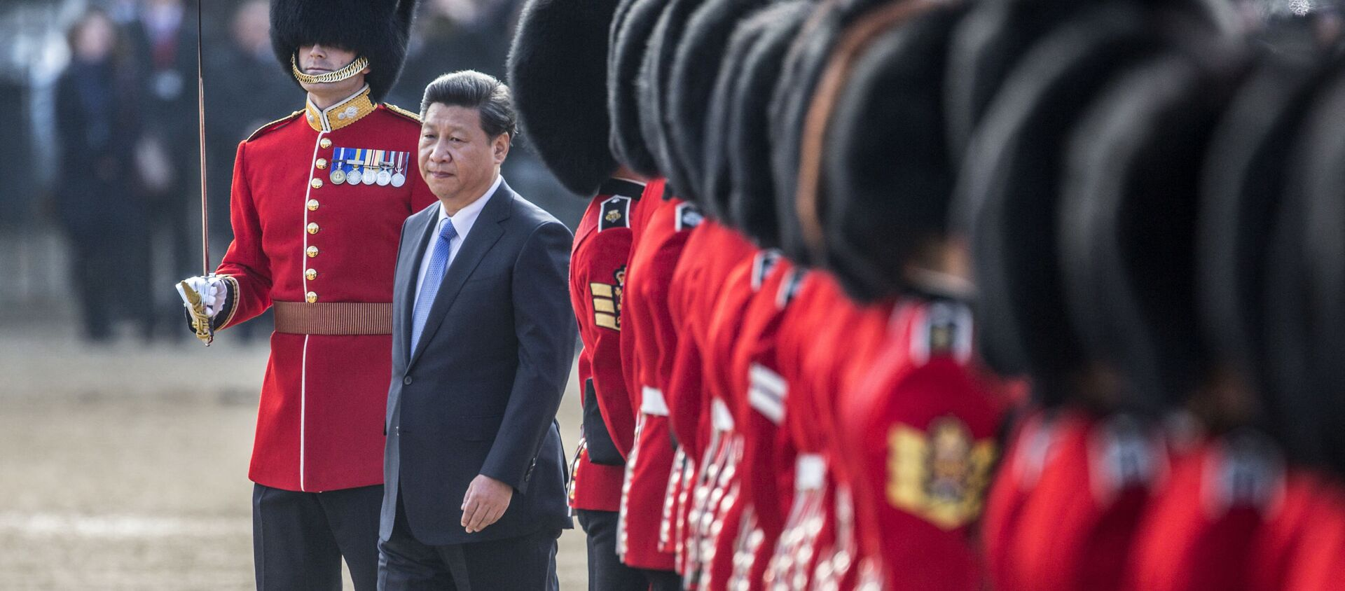 Chinese President Xi Jinping (C) inspects the guard of honour on Horse Guards Parade in central London on October 20, 2015 during the ceremonial welcome for Chinese President Xi Jinping and his wife Peng Liyuan on the first official day of a state visit. - Sputnik International, 1920, 16.03.2021