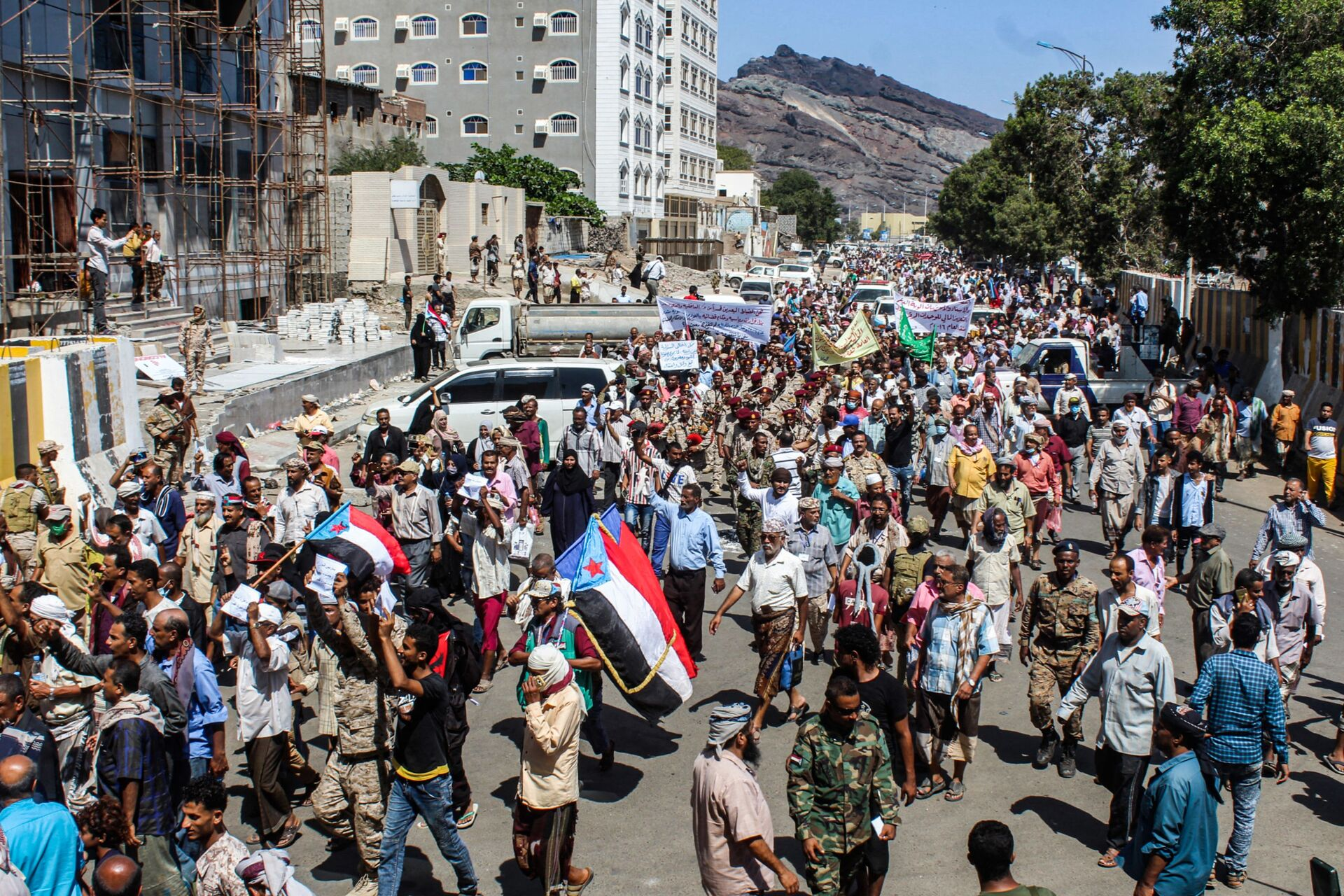 Protesters, some raising the old flag of South Yemen, gather to demonstrate against deteriorating services and economic conditions, outside the internationally-recognised Yemeni government's headquarters at al-Maashiq Palace in the Crater district of the southern port city of Aden on March 16, 2021 - Sputnik International, 1920, 07.09.2021