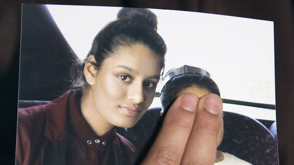 In this file photo taken on 22 February 2015, Renu, eldest sister of missing 'Daesh bride' Shamima Begum, holds a picture of her sister while being interviewed by the media in central London. - Sputnik International